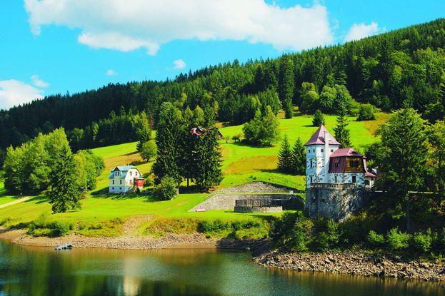 Der älteste, dichter besiedelte Ortsteil der Gemeinde Spindlermühle ist St. Peter, wo bereits seit dem Jahre 1516 Silber und Kupfer gefördert wurden. Bed?ichov verdankt sein Entstehen einem 1746 errichteten Glashüttenwerk. Benannt ist der Ortsteil nach Graf Friedrich Harrach, dessen Familie jenen Teil des Riesengebirges besaß. Spindlermühle selbst entstand im späten 18. Jahrhundert und wurde von aus Schlesien eingewanderten Waldarbeitern gegründet.